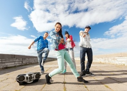 22380435-sport-dancing-and-urban-culture-concept-group-of-teenagers-dancing1.jpg